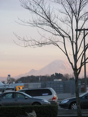 Mount_Rainier_From_The_Parking_Lot